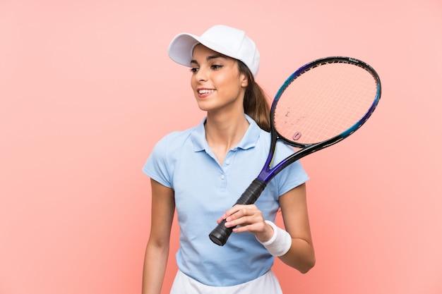 Молодая женщина теннисистка много улыбается