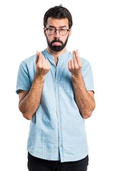 青い眼鏡を持つハンサムな男を台無しにした