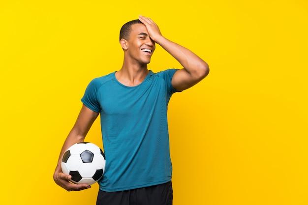 アフリカ系アメリカ人のフットボール選手の男は何かを実現し、解決策を意図している