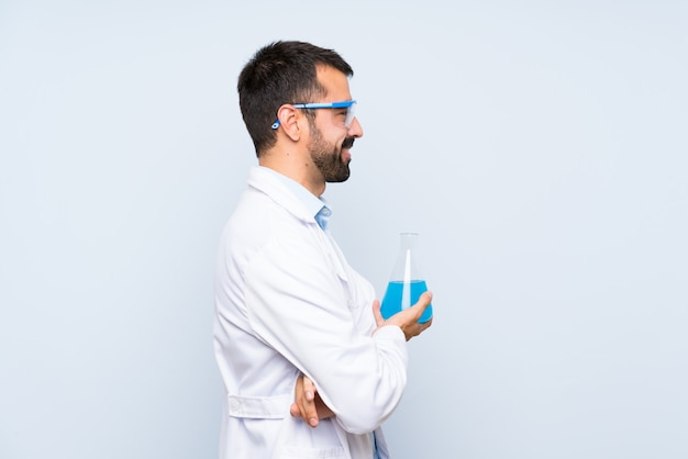 横位置で隔離された壁を越えて若い科学持株実験室のフラスコ