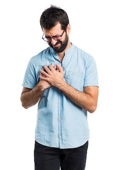 心臓の痛みと青い眼鏡を持つハンサムな男