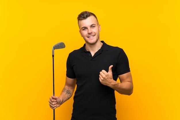 何か良いことが起こったため、親指で孤立した黄色の壁を越えてゴルファープレーヤー男