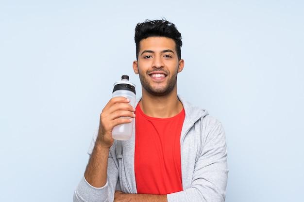 水のボトルを持つスポーツ男