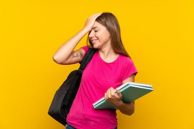 若い学生の女の子は何かを実現し、解決策を意図しています
