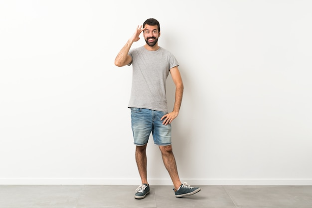Полнометражный снимок красивого мужчины с бородой только что что-то понял и намеревается найти решение