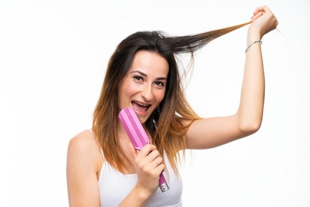 髪の櫛を持つ若い女性