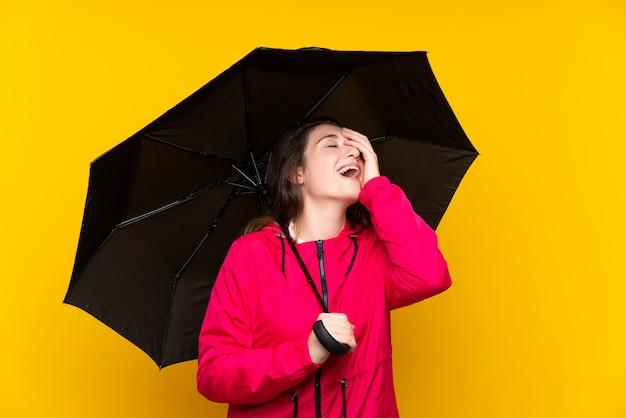 傘を保持している若いブルネットの少女