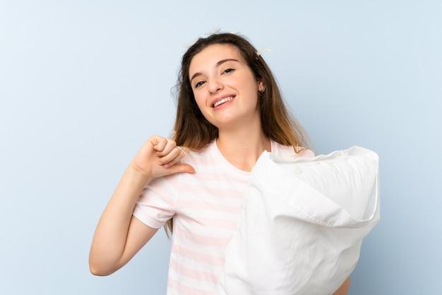 Молодая женщина в пижаме гордой и самодовольной