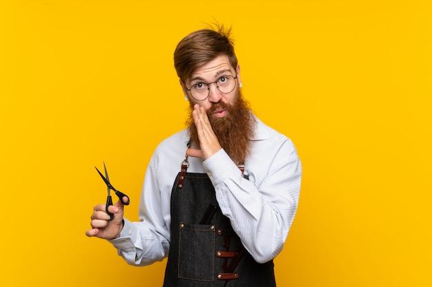 何かをささやくエプロン黄色の長いひげを持つ理容室