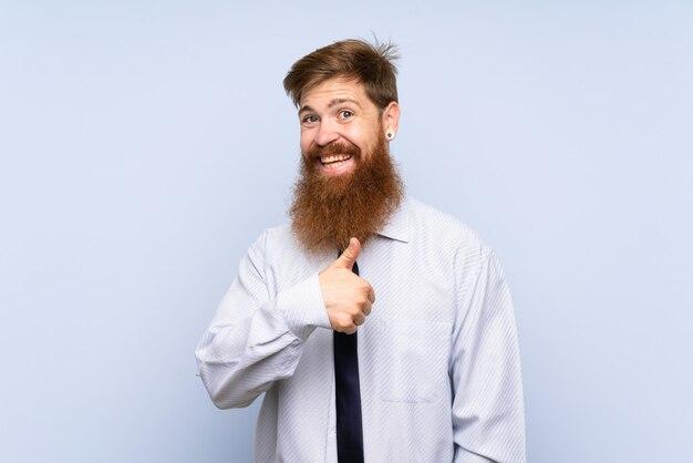 親指ジェスチャーを与える長いひげを持ったビジネスマン