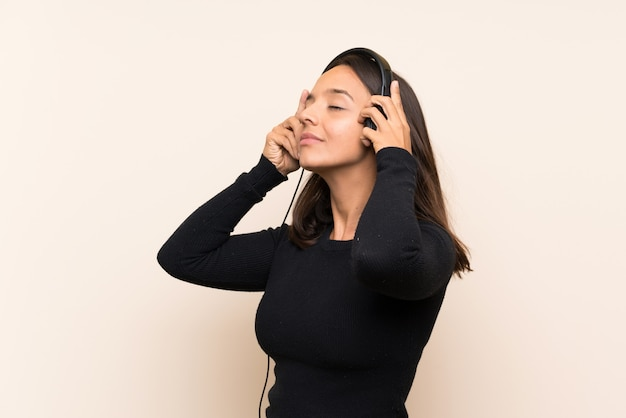 音楽を聴く若いブルネットの少女