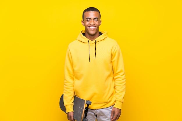 多くの笑みを浮かべてアフリカ系アメリカ人のスケーター男
