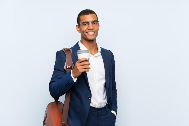 Бизнесмен на изолированных синем фоне