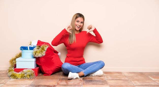 Девушка в рождественские праздники, сидя на полу, гордый и самодовольный