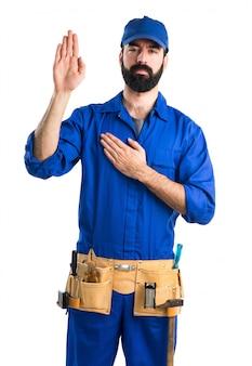 配管工が宣誓をしている