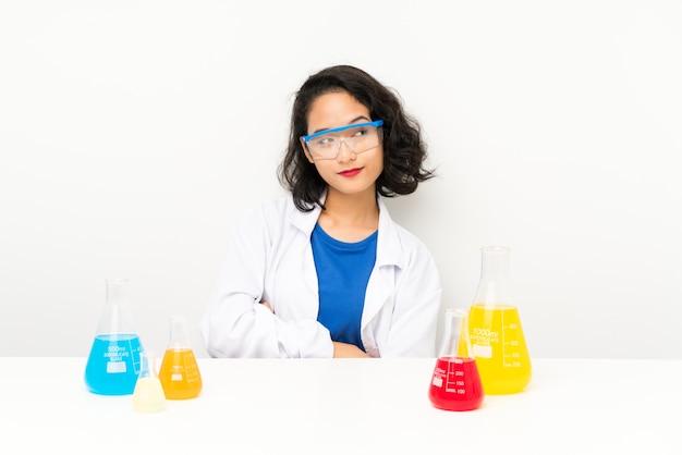 アイデアを考えて若い科学的なアジアの女の子