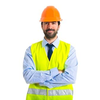 彼の腕を持つ労働者は、交差した