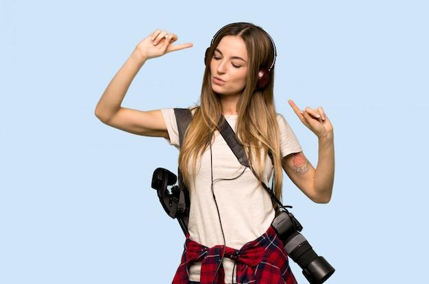 音楽を聴く若い写真家の女性