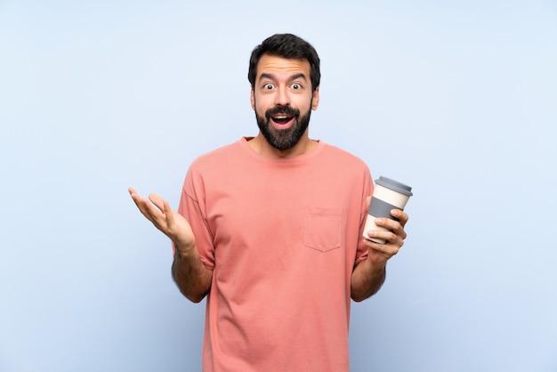 Молодой человек с бородой, держа прочь кофе