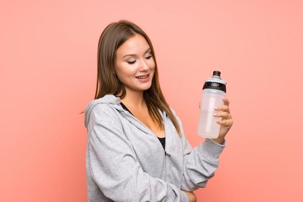水のボトルとティーンエイジャーのスポーツ少女
