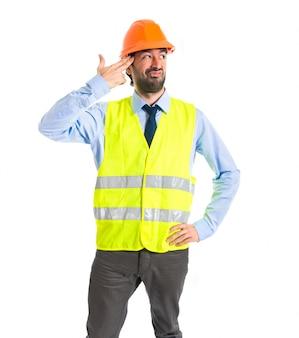 Рабочий, делающий самоубийственный жест