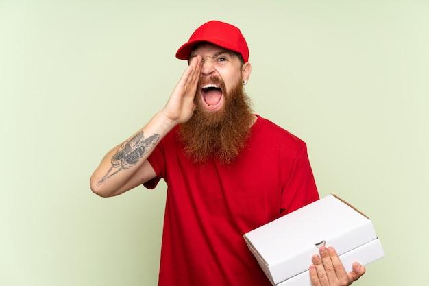 口を大きく開けて叫んで分離の緑の背景の上の長いひげを持つ配達人