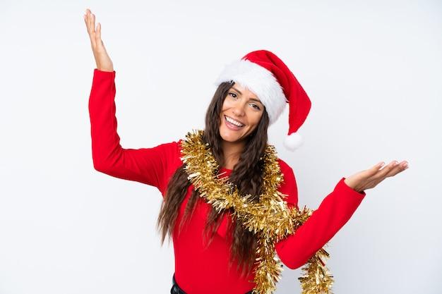 孤立した白い背景の上のクリスマス帽子の少女