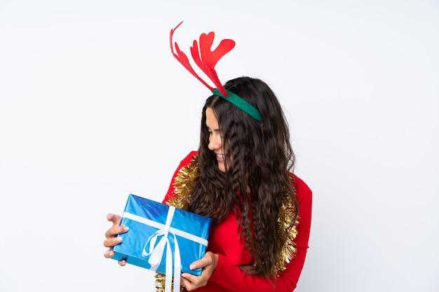 Девушка с шляпой рождества над изолированной белой предпосылкой