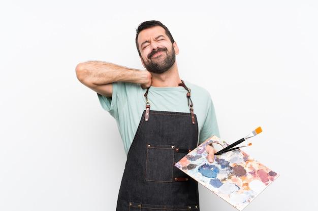 ネック痛で孤立した壁にパレットを置く若いアーティスト男
