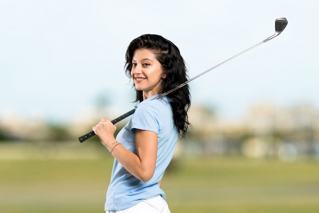 若いゴルファーの女性