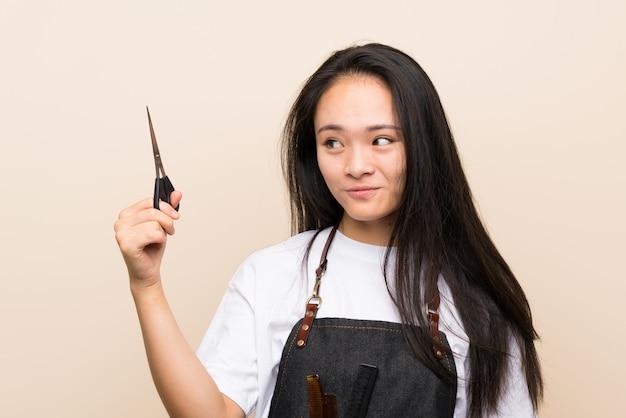 Подросток парикмахер девушка с счастливым выражением