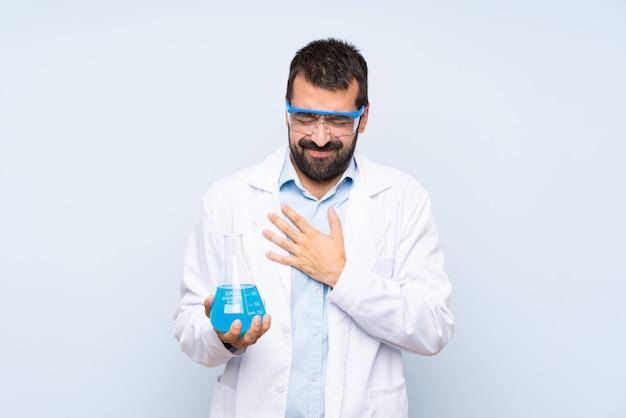 心臓の痛みを持っている若い科学持株実験用フラスコ
