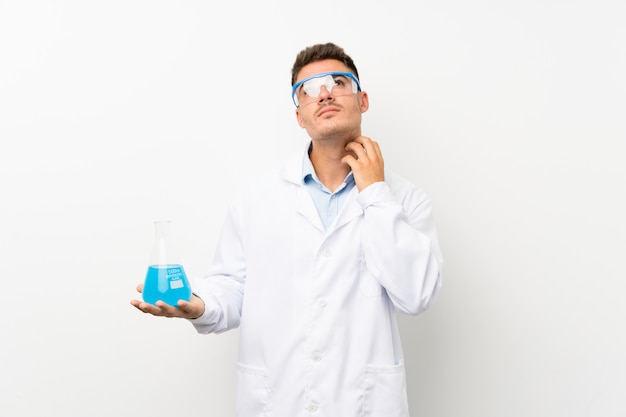 アイデアを考えて若い科学持株フラスコ