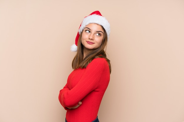 笑って孤立した背景にクリスマス帽子の少女