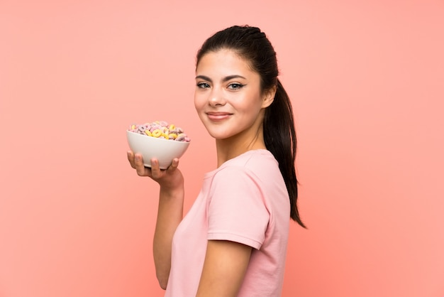 Девушка-подросток с хлопьями для завтрака