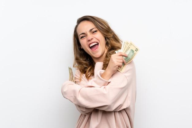 たくさんのお金を取って若いブロンドの女性