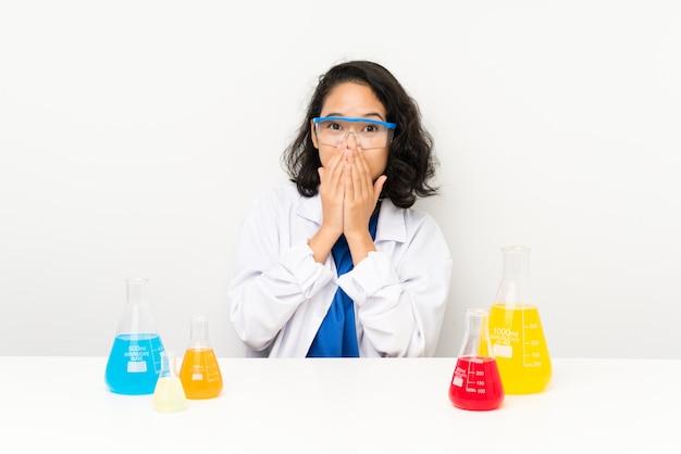 驚きの表情を持つ科学的なアジアの少女