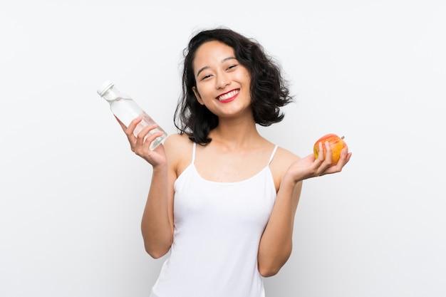 孤立した白い背景の上のリンゴとアジアの若い女性