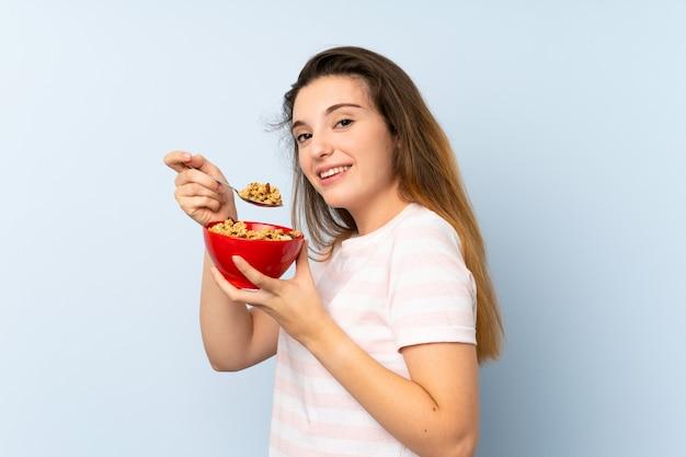 Молодая брюнетка девушка держит миску каши