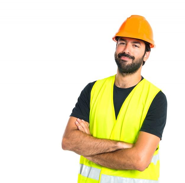 彼の腕を持つ労働者は白い背景を越えた