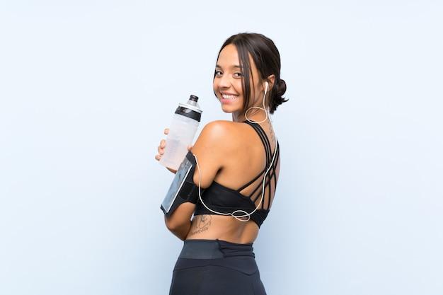 水のボトルを持つ若いスポーツ少女