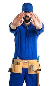 配管工が停止標識を作る
