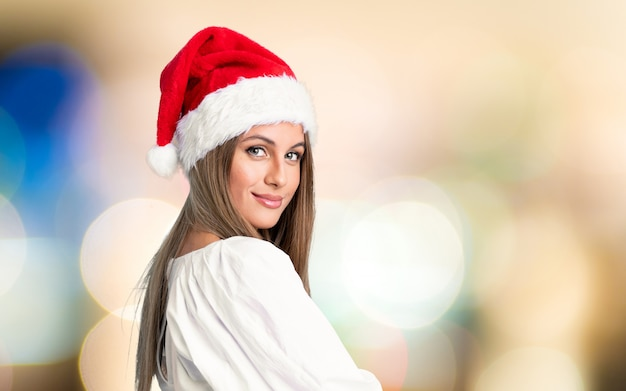 Девушка с рождественской шляпой смеется