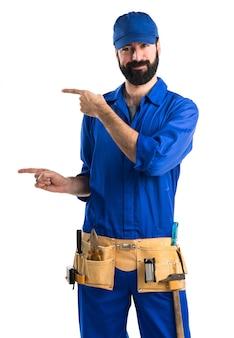 Водопроводчик указывает на боковой