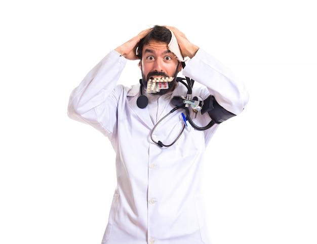 白い背景の上の狂った医者