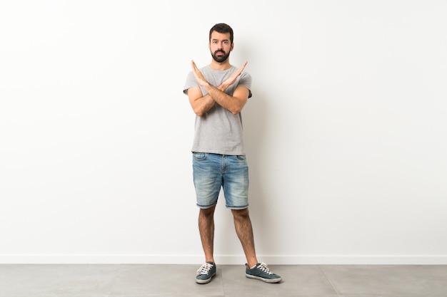 Полнометражный снимок красивого мужчины с бородой, не делающего жеста
