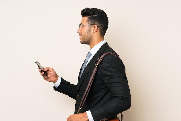 孤立した背景の上の若いハンサムな実業家男