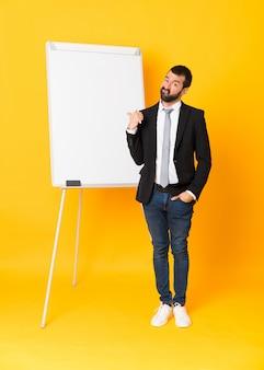 Полнометражный снимок бизнесмена, давая представление на белой доске