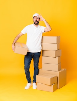 箱の中の配達人の全身ショット