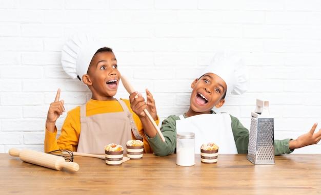 Двое афроамериканских братьев дети в костюме шеф-повара